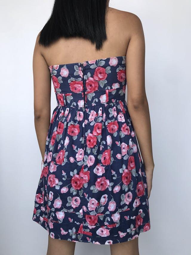 Vestido strapless azul con estampado de flores rosas y rojas, lleva copas, corte debajo del busto, cierre posterior y forro Talla S foto 2