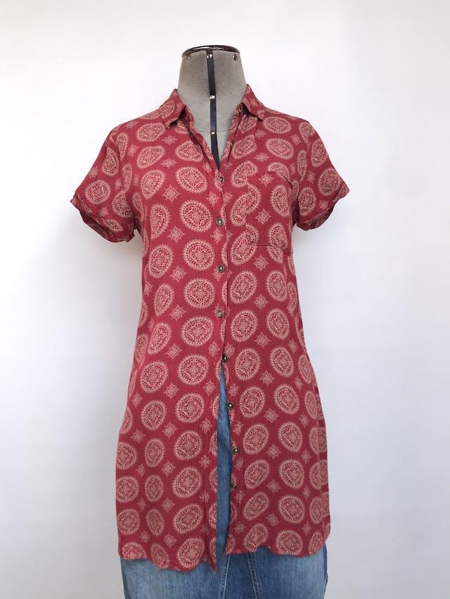 Blusa larga Forever21, guinda con estampado tribal beige, tela tipo rayón con textura rugosa, fila de botones y bolsillo delantero, linda caída. Puedes usarla abierta con algo debajo. Talla S foto 1