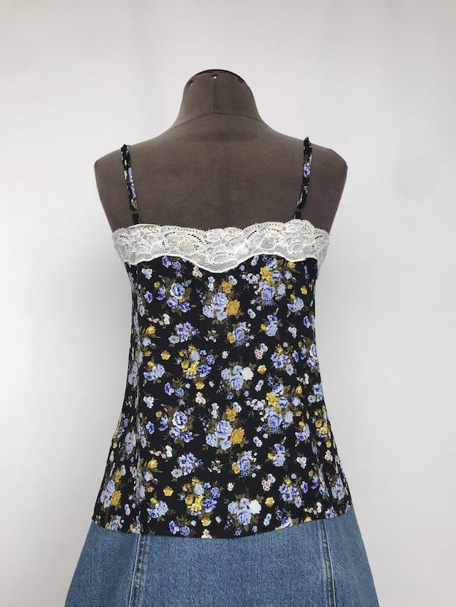 Blusa Forever21 de gasa negra con estampado de flores, de tiritas, con encaje crema en escote y espalda Talla S foto 2