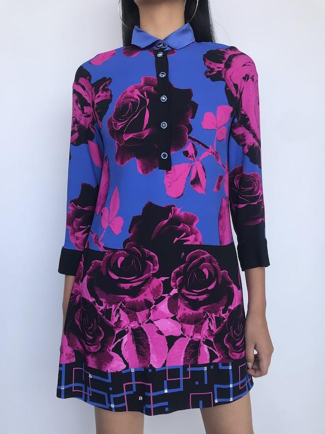 ¡LUJO! Vestido Via Delle Perle Italia, tela tipo gasa gruesa violeta y negro con flores fucsias, cuello de seda, botones hermoso y aplicaciones en la basta. Precio original S/ 1600Talla S (42 Italia) foto 1