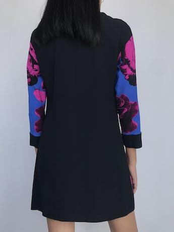 ¡LUJO! Vestido Via Delle Perle Italia, tela tipo gasa gruesa violeta y negro con flores fucsias, cuello de seda, botones hermoso y aplicaciones en la basta. Precio original S/ 1600Talla S (42 Italia) foto 2