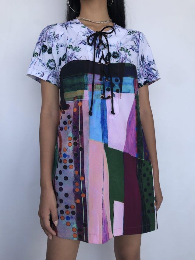 Vestido mini recto, estampado abstracto y flores, escote con ojalillos y pasador para amarrar. Hermoso y estampado único Talla S foto 1
