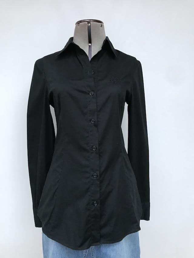 Blusa camisera Just Cavelli 97% algodón negro con bordado en pecho, con pinzas delanteras. Lleva holograma de verificación. Arma lindo! Estado 8.5/10. Precio original S/ 550 Talla 42 (S o M chico) foto 1