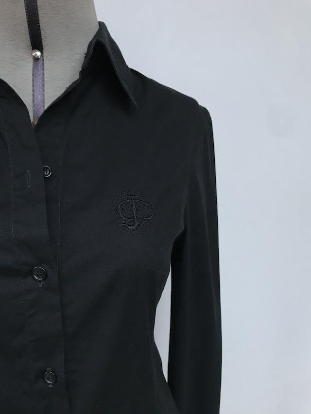Blusa camisera Just Cavelli 97% algodón negro con bordado en pecho, con pinzas delanteras. Lleva holograma de verificación. Arma lindo! Estado 8.5/10. Precio original S/ 550 Talla 42 (S o M chico) foto 2