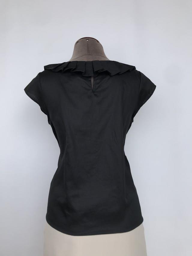 Blusa Club Monaco 100% algodón negro, cuello plisado y botón posterior. Precio original S/300 Talla M foto 2