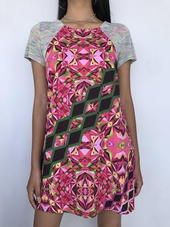 Vestido recto Custo Barcelona con estampado geométrico en tonos rosados y verdes, manga corta de tela tipo tejida ploma con jaspeado de colores, lleva forro. Precio original S/ 400 Talla S foto 1