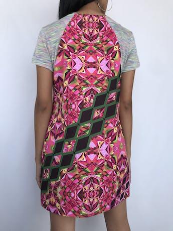 Vestido recto Custo Barcelona con estampado geométrico en tonos rosados y verdes, manga corta de tela tipo tejida ploma con jaspeado de colores, lleva forro. Precio original S/ 400 Talla S foto 2