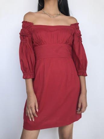 Vestido Catherine Malandrino, 100% algodón rojo ladrillo, con pliegues en pecho y espalda, off shoulder con mangas abullonadas, falda con bolsillo y doble tela tipo forro. Precio original S/ 400 Talla S (6) foto 1