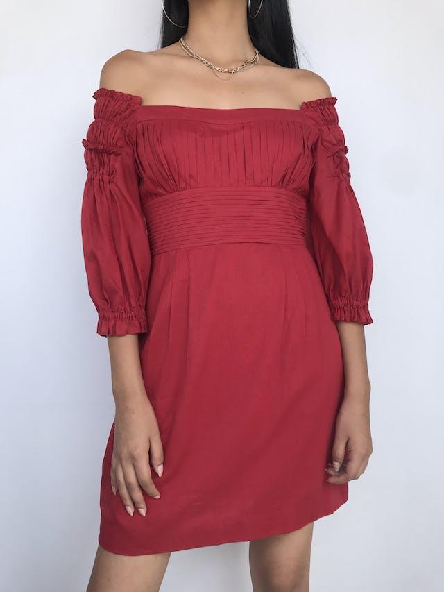 Vestido Catherine Malandrino, 100% algodón rojo ladrillo, con pliegues en pecho y espalda, off shoulder con mangas abullonadas, falda con bolsillo y doble tela tipo forro. Precio original S/ 400Talla S (6) foto 1