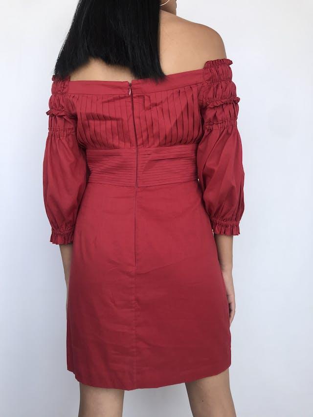 Vestido Catherine Malandrino, 100% algodón rojo ladrillo, con pliegues en pecho y espalda, off shoulder con mangas abullonadas, falda con bolsillo y doble tela tipo forro. Precio original S/ 400Talla S (6) foto 2