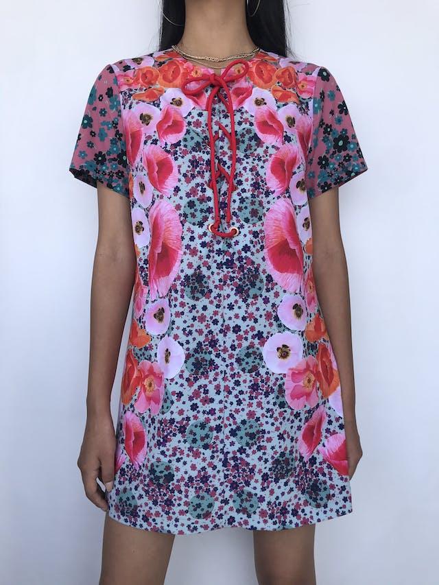 Vestido mini recto, con estampado de flores de varias dimensiones, escote con ojalillos y pasador para amarrar. Hermoso! Talla S foto 1