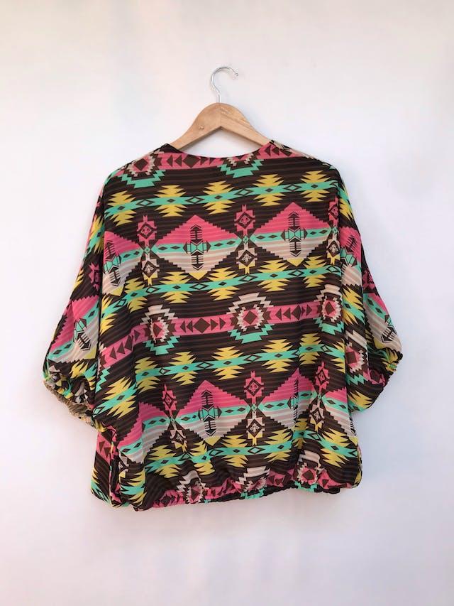 Capa de gasa con estampado tribal en tonos tierra, forro beige, manga 3/4 murciélago, lleva elástico en basta y puños Talla M foto 2