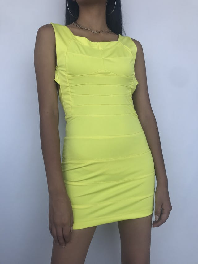 Vestido amarillo con cortes, espalda descubierta y cierre posterior. Nuevo con etiqueta Talla XS foto 1