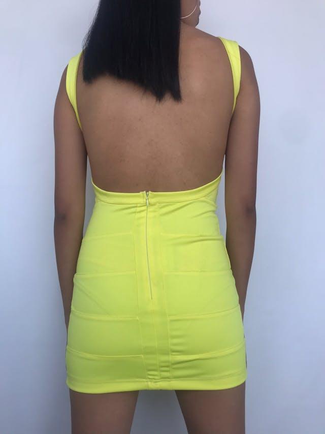 Vestido amarillo con cortes, espalda descubierta y cierre posterior. Nuevo con etiqueta Talla XS foto 2