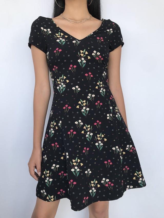 Vestido Zara negro con estampado de flores en tonos amarillos y rojos, escote en V,cierre posterior y falda en A Talla XS foto 1