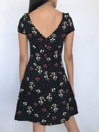 Vestido Zara negro con estampado de flores en tonos amarillos y rojos, escote en V,cierre posterior y falda en A Talla XS foto 2