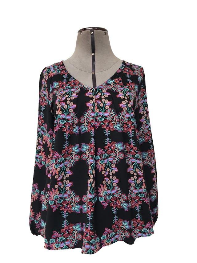 Blusa A.N.A. tipo gasa texturada negra con estampado de flores, pliegues delanteros y elástico en los puños foto 1