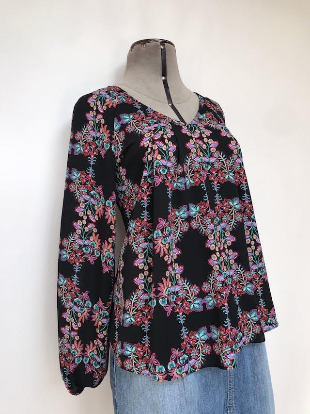 Blusa A.N.A. tipo gasa texturada negra con estampado de flores, pliegues delanteros y elástico en los puños Talla S foto 2