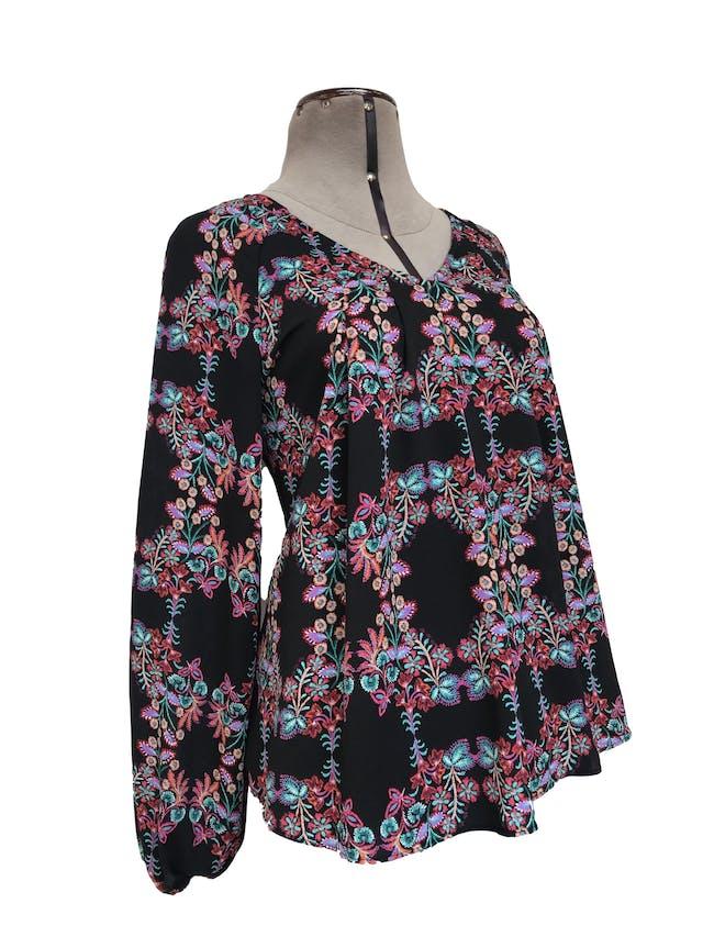 Blusa A.N.A. tipo gasa texturada negra con estampado de flores, pliegues delanteros y elástico en los puños foto 2