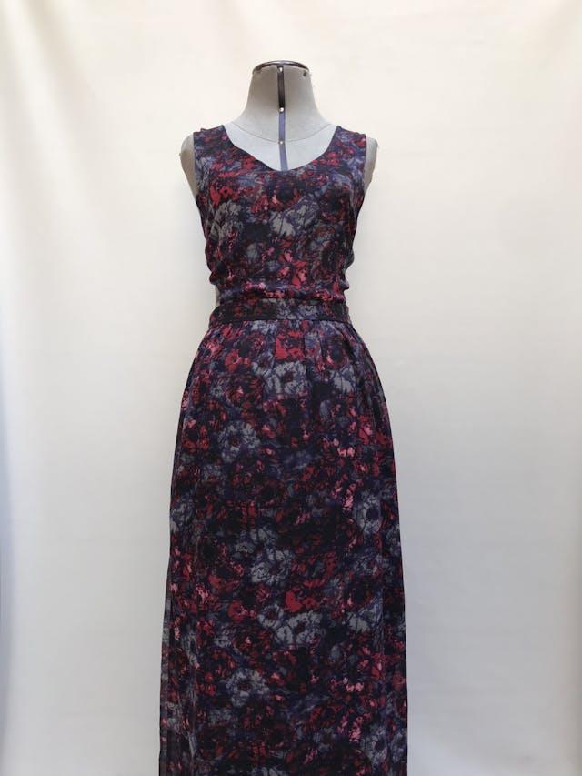 Vestido largo de gasa negra con estampado de flores moradas, cut out laterales en la cintura, forrado y cierre posterior Talla L chico foto 1