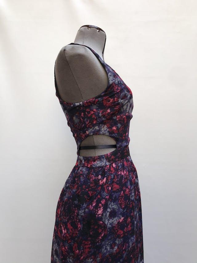 Vestido largo de gasa negra con estampado de flores moradas, cut out laterales en la cintura, forrado y cierre posterior Talla L chico foto 2