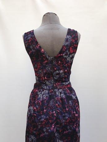 Vestido largo de gasa negra con estampado de flores moradas, cut out laterales en la cintura, forrado y cierre posterior Talla L chico foto 3