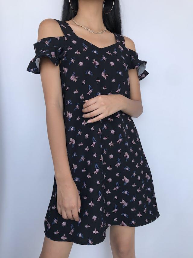 Vestido Bluenotes off shoulder y tiras gruesas, negro con estampado de flores, tela plana gruesa y volante en las mangas Talla S foto 1