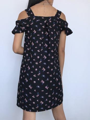 Vestido Bluenotes off shoulder y tiras gruesas, negro con estampado de flores, tela plana gruesa y volante en las mangas Talla S foto 2