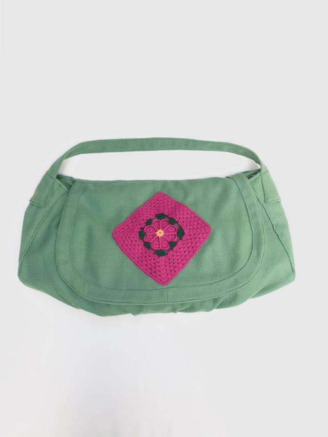 Cartera bolso verde tipo tejido con bordado de flor en la tapa, lleva forro y cierre. Alto 24cm Largo 52cm Ancho 13cm cartera bolso. Nuevo con etiqueta foto 1