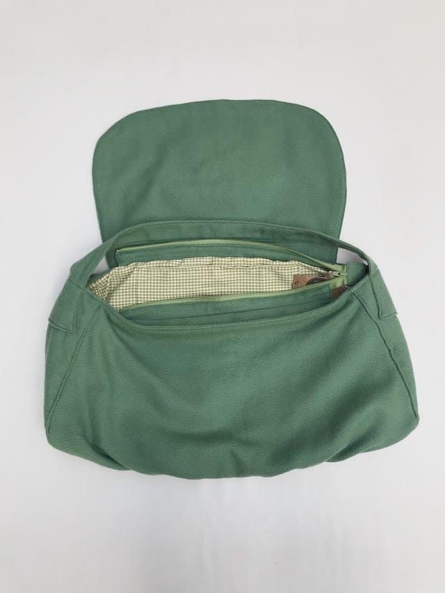 Cartera bolso verde tipo tejido con bordado de flor en la tapa, lleva forro y cierre. Alto 24cm Largo 52cm Ancho 13cm cartera bolso. Nuevo con etiqueta foto 2