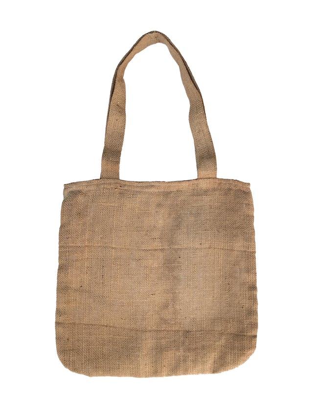 Cartera bolso de yute con aplicación de bordado y encaje crema, forrada, un compartimento interno con bolsillo y cierre. Super práctica. Alto 41cm, largo 42cm foto 2