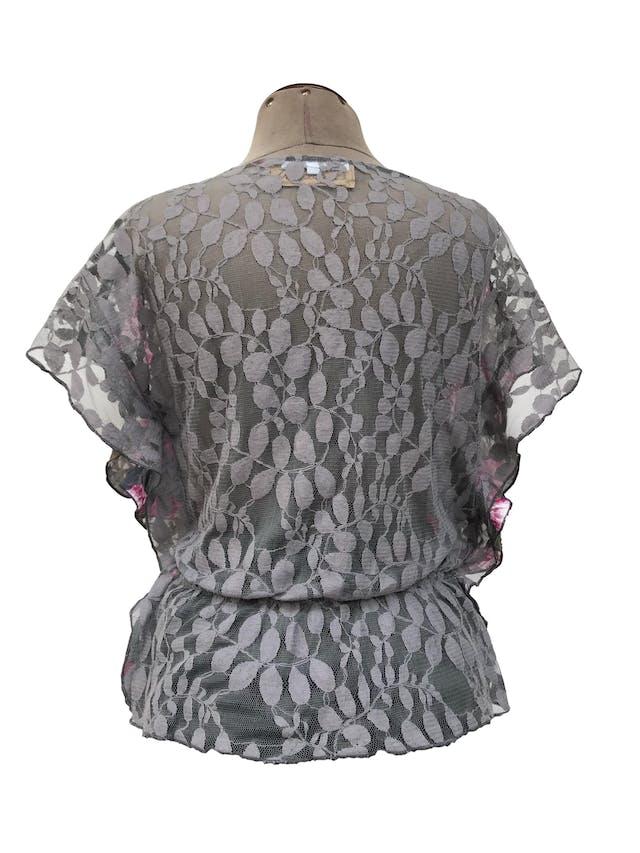 Blusa gris con estampado de flores rosadas, posterior de encaje gris, elástico a la cintura Talla S foto 2