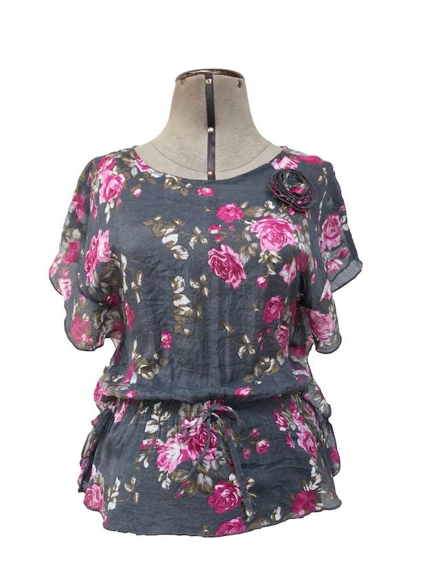 Blusa gris con estampado de flores rosadas, posterior de encaje gris, elástico a la cintura Talla S foto 1