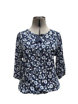 Blusa azul con estampado de flores blancas, manga 3/4, elástico en la basta, pasador con flecos en el escote Talla S foto 1