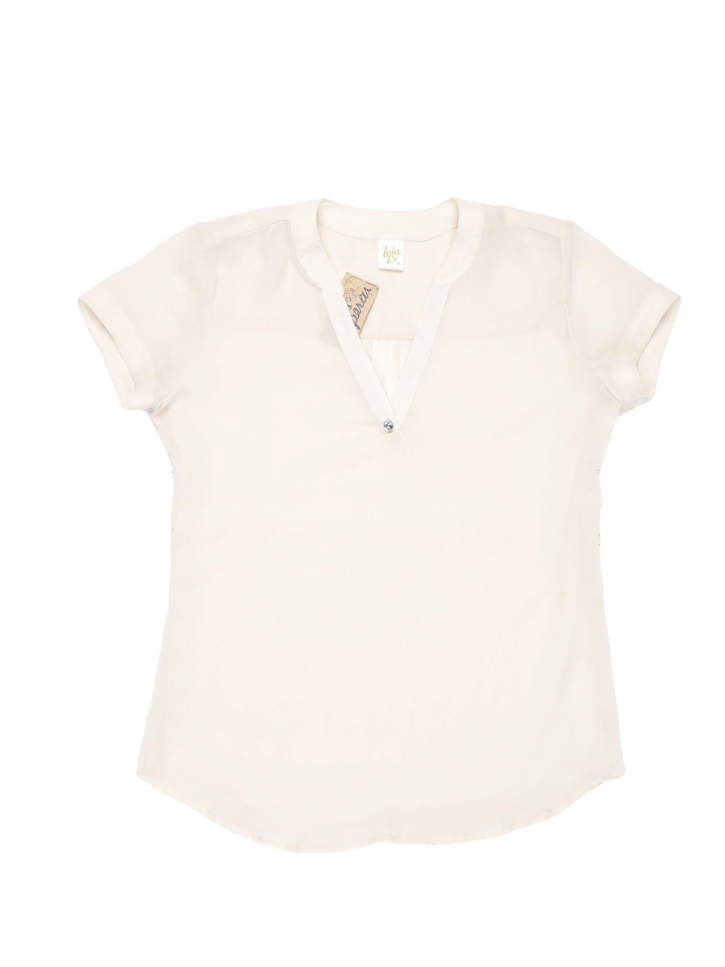 Blusa de gasa crema con escote en V y aplicación tipo diamante.