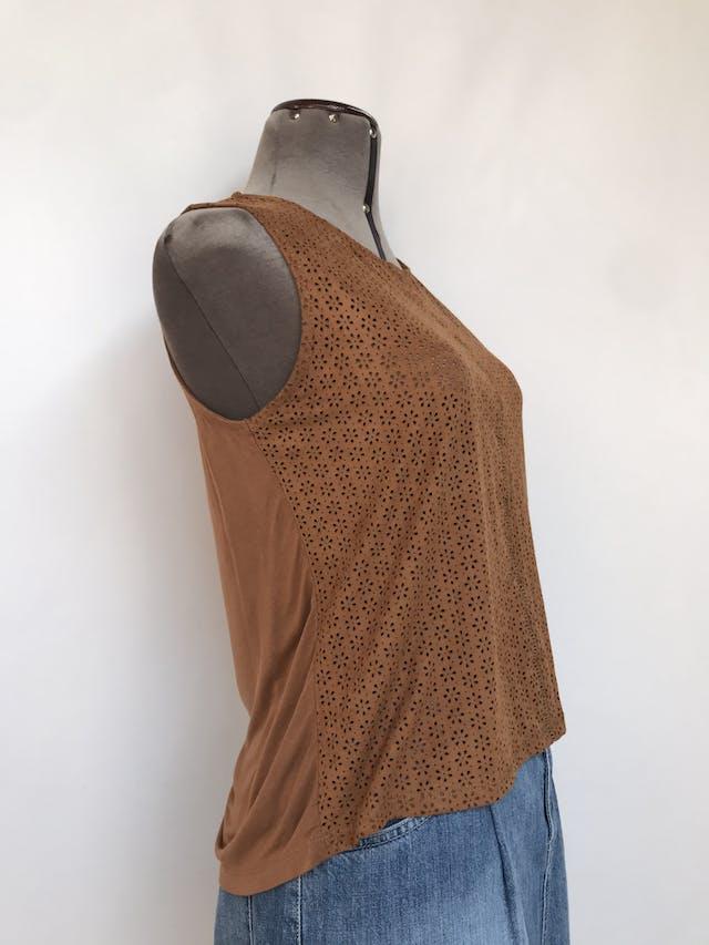 Blusa Zara camel de textura agamuzada con calado en forma de flores, espalda tipo algodón Talla S foto 2