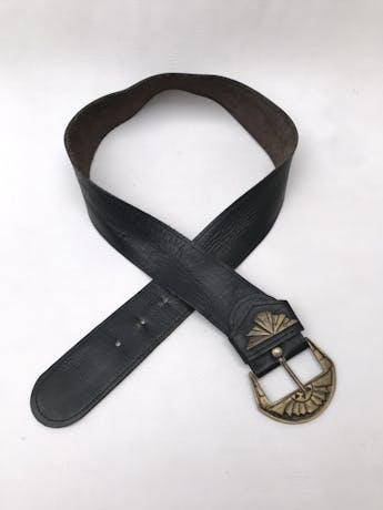 Correa gruesa vintage de cuero negro y hebilla dorada. Tiene ligeros signos de uso pero es increíble! foto 2