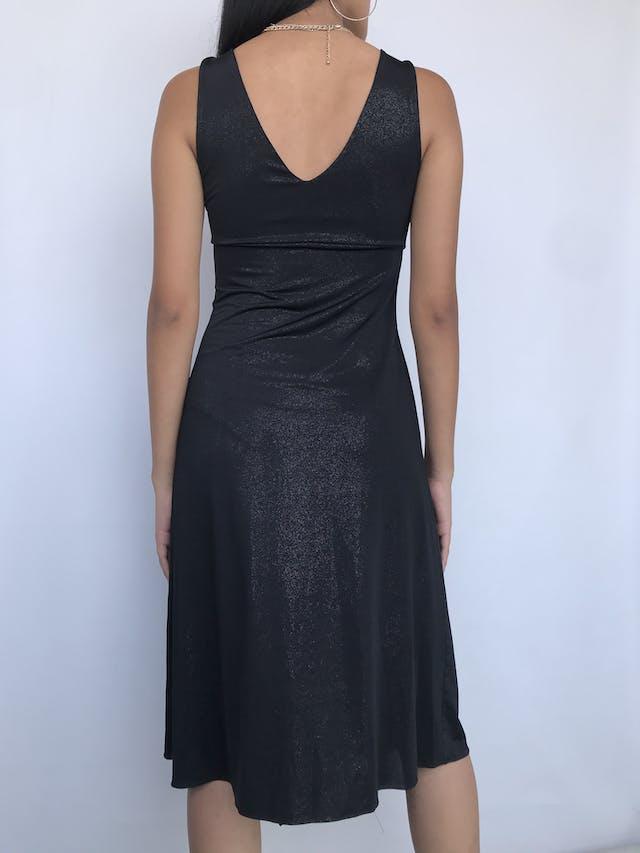 Vestido negro satinado, corte debajo del busto con rombo y pedrería, falda cruzada, tela tipo lycra Talla S foto 2