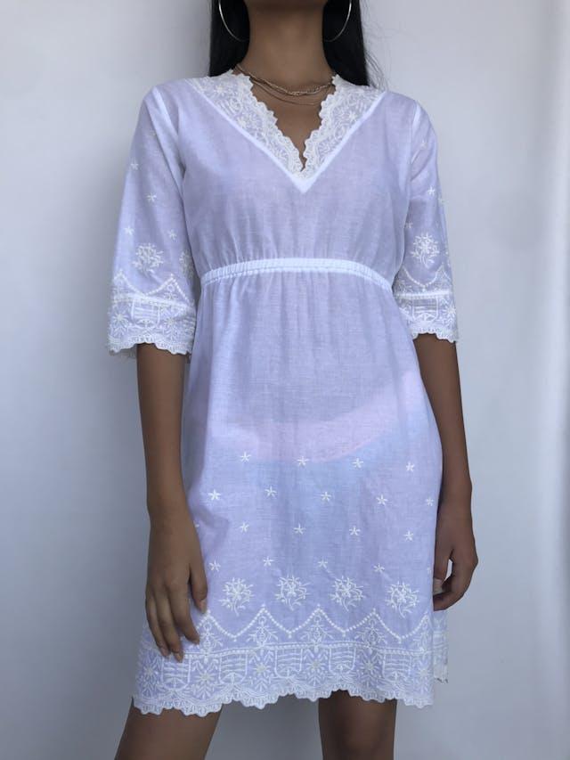 Vestido playero Minx blanco con bordados en escote, mangas y basta, elástico en la cintura. Fresco Talla S/M foto 1