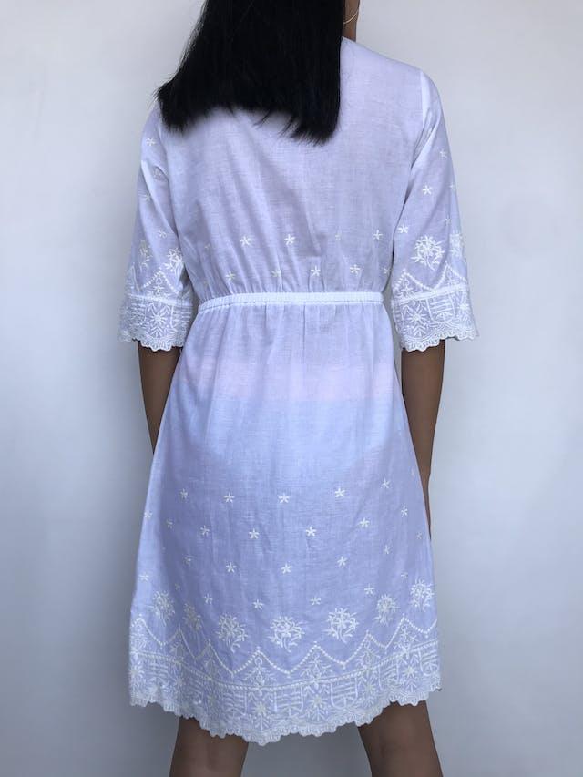 Vestido playero Minx blanco con bordados en escote, mangas y basta, elástico en la cintura. Fresco Talla S/M foto 2