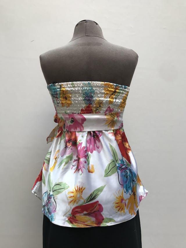 Blusa strapless crema con estampado de flores, tela satinada tipo seda, panal de abeja en la espalda y cinto para amarrar Talla S foto 2