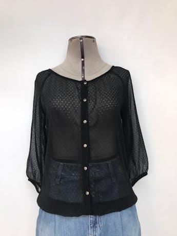 Blusa Exit de gasa negra con calado de circulitos, fila de botones plateados, manga 3/4, elástico en la basta y puños Talla XS foto 1