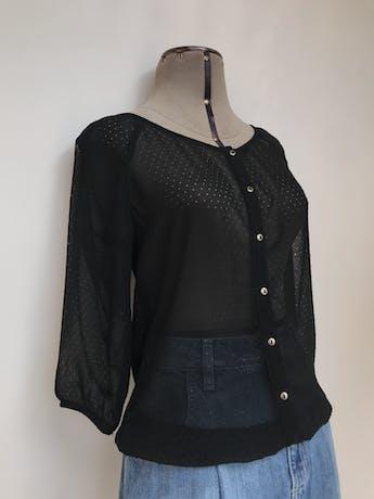 Blusa Exit de gasa negra con calado de circulitos, fila de botones plateados, manga 3/4, elástico en la basta y puños Talla XS foto 2
