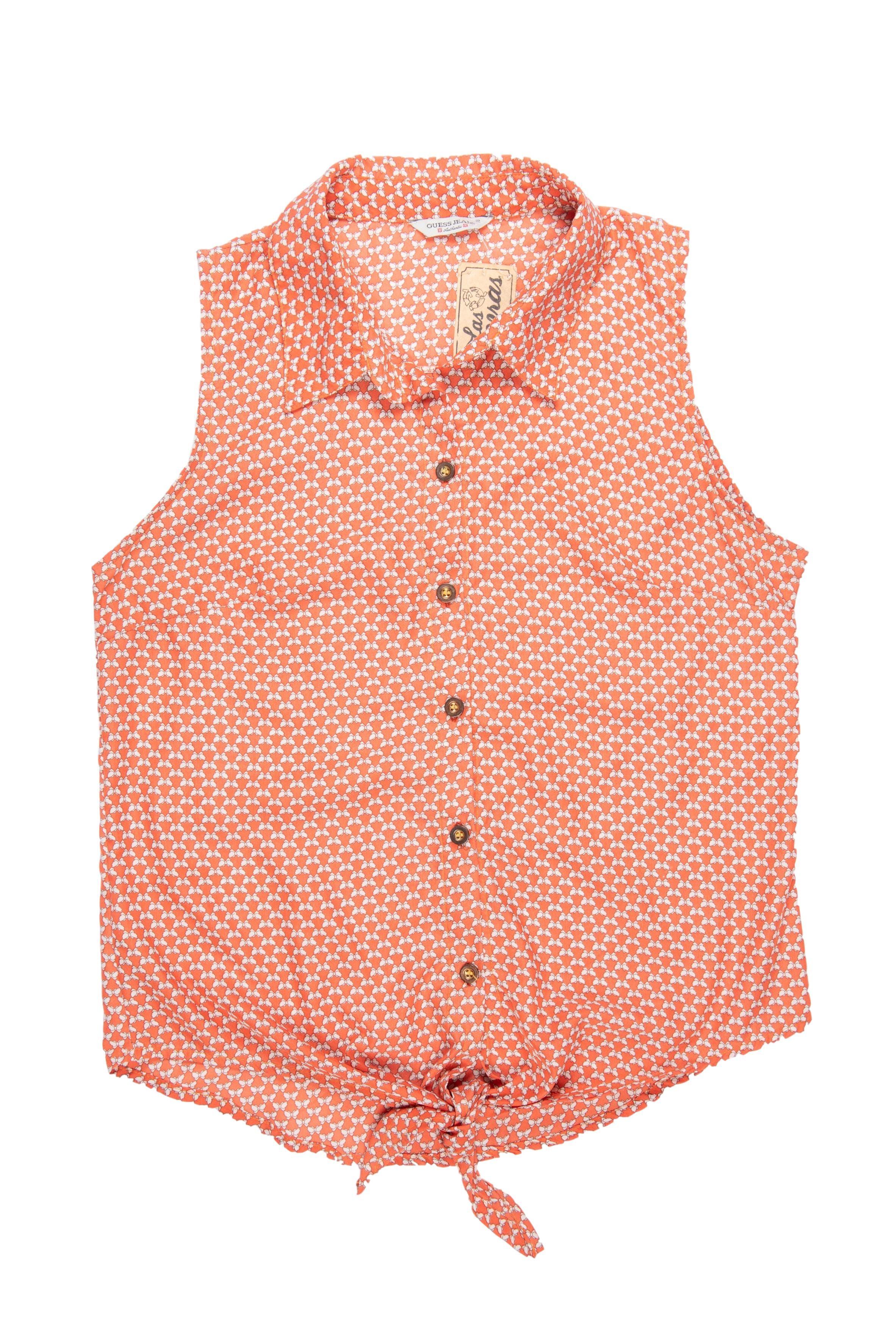 Blusa Guess Jeans tela plana anaranjada con print crema, botones delanteros y se puede amarrar en la basta. Busto 98cm