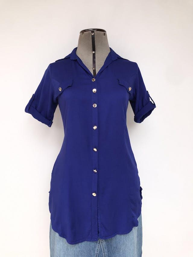 Blusa azul con botones dorados, bolsillos delanteros y mangas regulables con botón Talla S foto 1