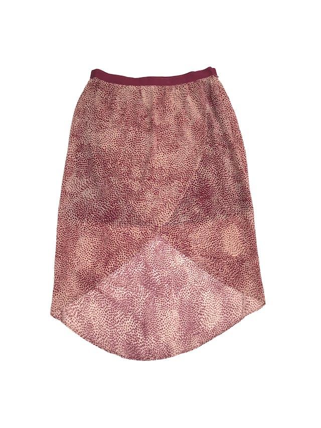 Falda Forever21 de gasa rosa con estampado guinda, forro corto, corte tipo tulipán más largo atrás, lleva cierre lateral. Largo 45/70cm Talla S foto 1