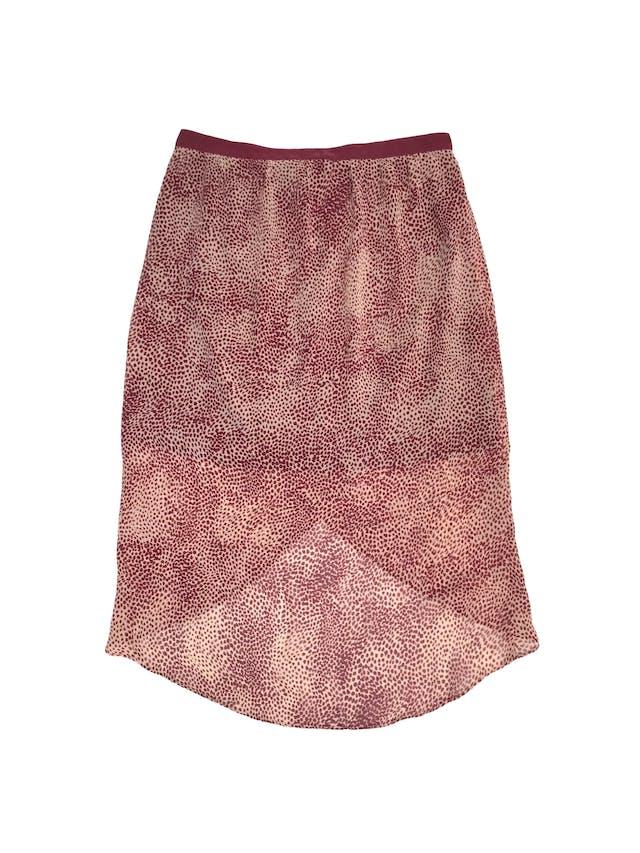 Falda Forever21 de gasa rosa con estampado guinda, forro corto, corte tipo tulipán más largo atrás, lleva cierre lateral. Largo 45/70cm Talla S foto 2