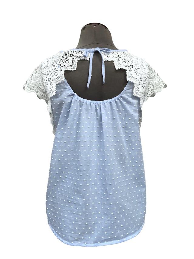 Blusa Mentha&chocolate celeste con puntos blancos en relieve, 75% algodón, encaje en los hombros, se amarra en la espalda. Precio original S/ 150 Talla S foto 2