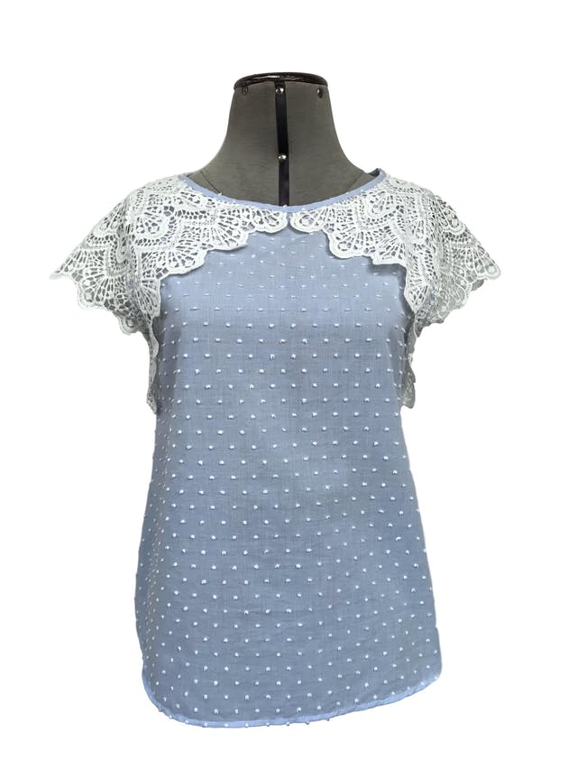 Blusa Mentha&chocolate celeste con puntos blancos en relieve, 75% algodón, encaje en los hombros, se amarra en la espalda. Precio original S/ 150 Talla S foto 1