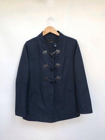 Abrigo Malabar azul tipo paño, forrado, bolsillos laterales y botones estilo cacho de toro negros. Precio original S/ 170 Talla M foto 1